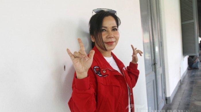 Gaya Iis Sugianto saat Kampanye: Nyanyi Bersama Warga hingga Masak untuk Relawan