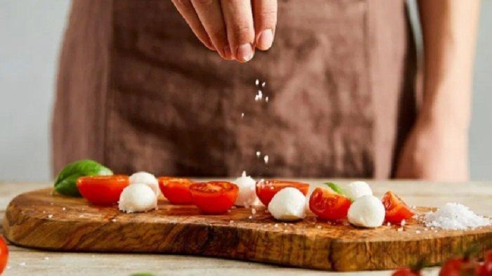 Ilustrasi garam dalam makanan. Mengonsumsi garam berlebih tidak dianjurkan ketika sedang isolasi mandiri.