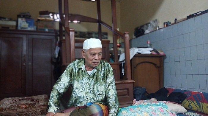 Seorang Imam Mushalla Baitul Makmur, Syafri Malin Mudo (78), saat ditemui oleh TribunPadang.com, Minggu (2/6/2019).