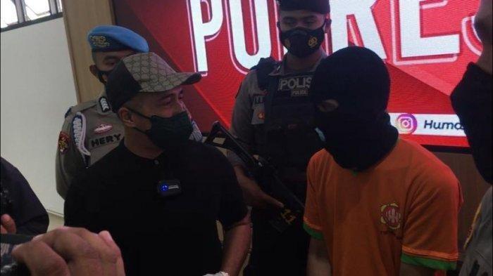 Presenter sekaligus Youtuber Irfan Hakim hadiri langsung rilis kasus pengungkapan kasus pencurian ikan Arwana Super Red yang menimpa sahabatnya KE (68) di Mapolres Bogor, Selasa (27/7/2021).
