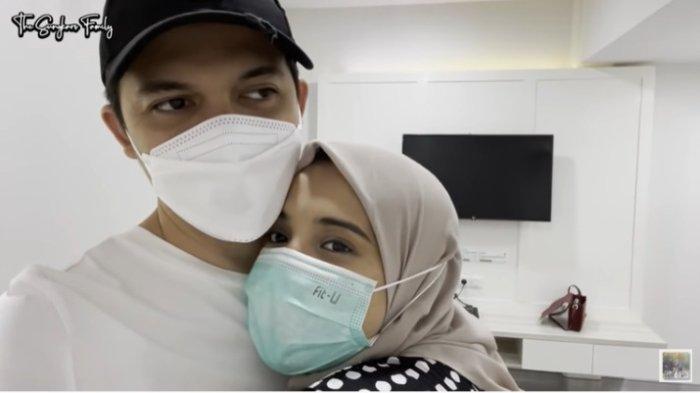Tangkapan layar Irwansyah yang sedang memeluk Zaskia Sungkar sebelum melahirkan anak pertama.