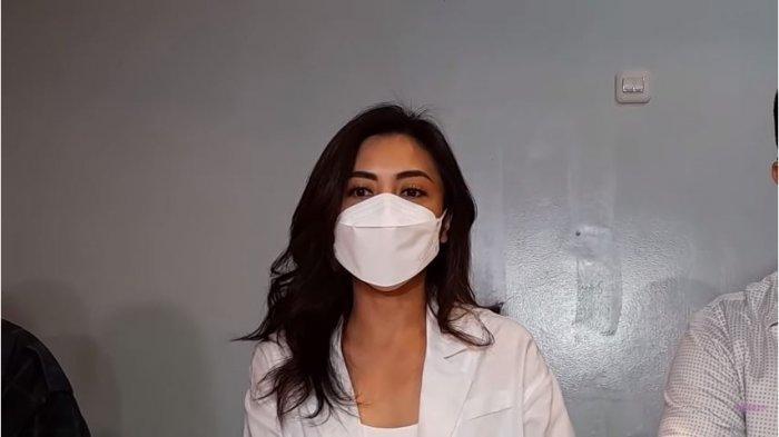 Istri aktor Jonathan Frizzy, Dhena Devanka, menanggapi isu perceraiannya yang dikaitkan dengan artis Ririn Dwi Ariyanti, Sabtu (5/9/2021).