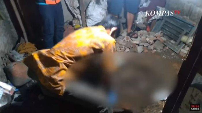 Polisi saat melakukan olah tempat kejadian perkara (TKP) di rumah pelaku yang membunuh dan mengubur istrinya di bawah tempat tidur kamar mereka di Desa/Kecamatan Bangodua, Kabupaten Indramayu, Sabtu (5/9/2020) malam.