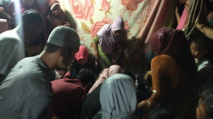JENAZAH Aprilia Cinta (13) tiba di rumah duka di Lorong V Kelurahan Bagan Deli, Medan Labuhan, Senin (22/2/2021).
