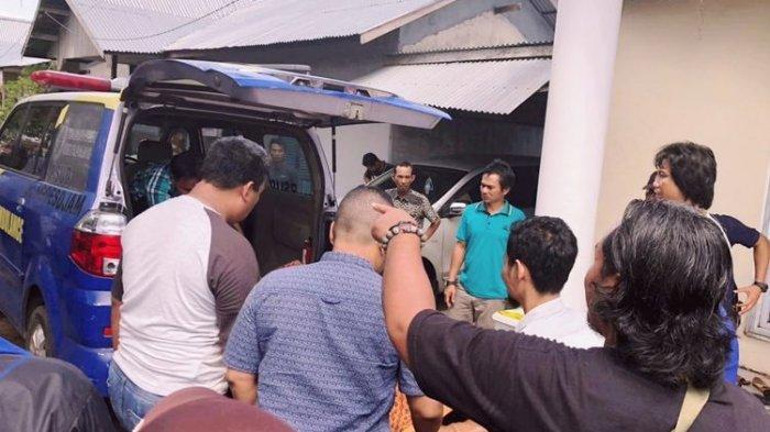 Jenazah Heni Darsita saat dibawa ke rumah sakit umum daerah (RSUD) Ketapang, Kalimantan Barat, Kamis (16/5/2019).