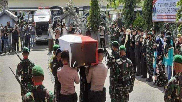 Jenazah Lettu Chb Dirman saat hendak dimasukan ke mobil Ambulans untuk dibawa ke rumah duka.