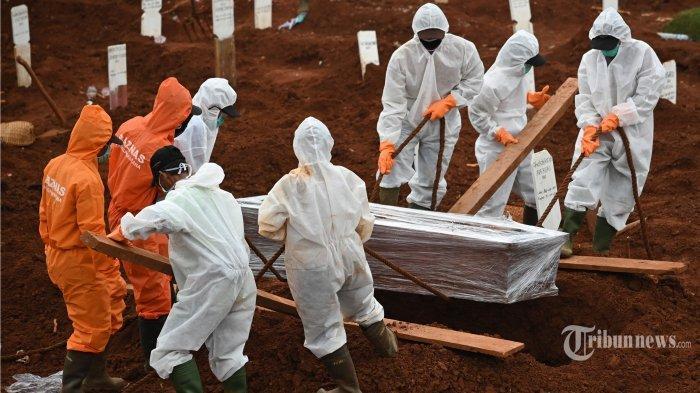 Petugas melakukan proses pemakaman jenazah korban virus corona (Covid-19) di sebuah Taman Pemakaman Umum (TPU), di Jakarta, Rabu (15/4/2020). Proses pemakaman korban positif Covid-19 maupun yang masih berstatus pasien dalam pemantauan (PDP) harus mengikuti protokol kesehatan, yakni antara lain petugas mengenakan alat pelindung diri (APD), jenazah segera dikuburkan, dan keluarga yang hadir dibatasi seminimal mungkin. Terbaru, ilustrasi pemakaman jenazah pasien Covid-19.