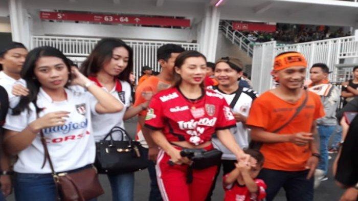Jennifer Bachdim Tampil Cantik dan Seksi Saat Nonton Langsung Piala Presiden 2018 di SUGBK
