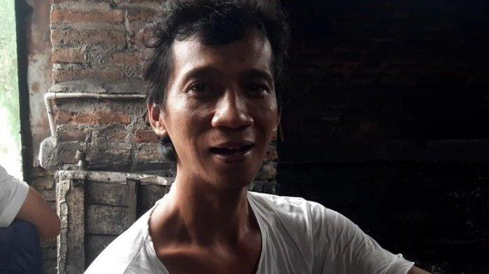 Warga Dukuh Ngledok, Desa Segaran, Kecamatan Delanggu, Kabupaten Klaten, Jawa Tengah yang namanya sama Presiden Jokowi, Joko Widodo ditemui di sela-sela menempa besi di rumahnya, Selasa (14/9/2021).