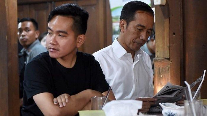 Presiden Jokowi dan Gibran Rakabuming Raka saat santap siang di rumah makan Ayam Goreng Kampung Mbah Karto, Kabupaten Sukoharjo, Jawa Tengah, Minggu, 28 Juli 2019. Dalam kesempatan tersebut keduanya berkomentar soal survei Calon Wali Kota Surakarta 2020-2025. Terbaru, Gibran membantah ada bantuan dari ayahnya untuk maju ke Pilkada Solo 2020.