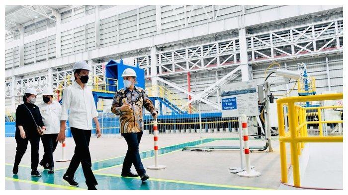 Jokowi, Erick Thohir, Luhut Binsar Pandjaitan, dan Puan Maharani dalam kunjungannya di Krakatau Steel, Cilegon, Banten, Selasa (21/9/2021).