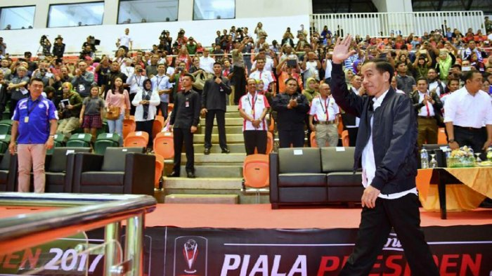 jokowi-ketika-menghadiri-final-piala-presiden-2017_20180213_190558.jpg