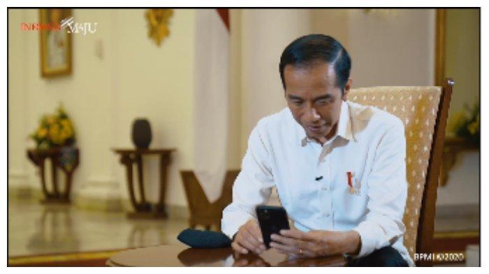 Jokowi menyempatkan untuk menghubungi salah seorang tenaga kesehatan yang bekerja di Rumah Sakit Angkatan Laut Dr. Ramelan, yakni Sifira Kristiningrum.