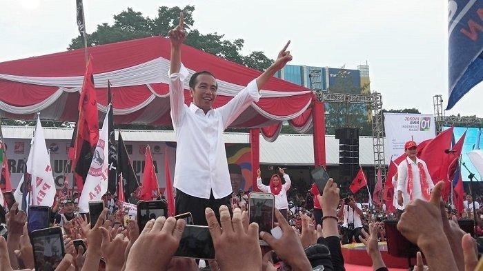Capres nomor urut 01 Jokowi salam satu jari saat akan memberikan orasi dalam kampanye akbar di Stadion Sriwedari, Kecamatan Laweyan, Solo, Selasa (9/4/2019).