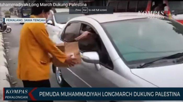 Salah seorang kader Muhammadiyah saat menggalang dana untuk warga Palestina di Perempatan Jalur Pantura Comal, Kabupaten Pemalang, Jawa Tengah, Rabu (26/5/2021).
