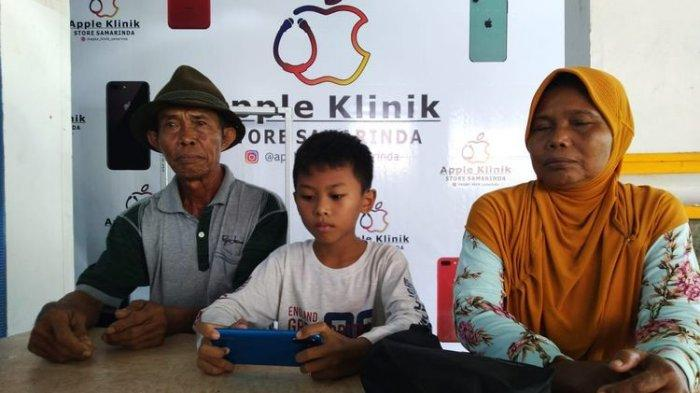 Cerita di Balik Momen Seorang Kakek Belikan Cucunya Handphone Menggunakan Uang Receh Sekarung