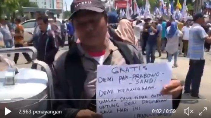 Seorang Bapak Jajakan Pempek Jualannya secara Gratis di Acara Prabowo Menyapa Jambi: Demi Kebangsaan