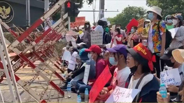 Kantor Kedutaan Besar (Kedubes) Republik Indonesia di Yangon, Myanmar didemo massa pendukung anti-kudeta pada Selasa (23/2/2021).