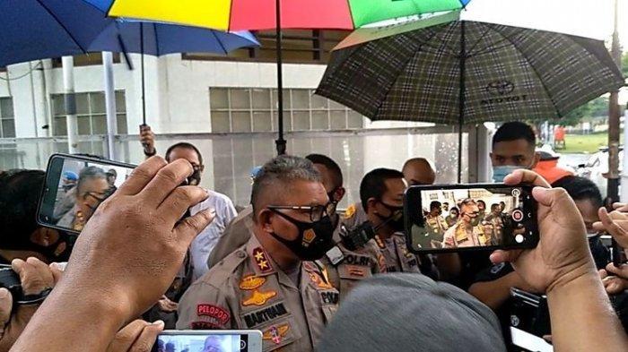 Kapolda Sumut Irjen Pol Martuani Sormin membenarkan telah dilakukan penangkapan 3 orang, di antaranya Ketua KAMI Medan terkait aksi unjuk rasa menolak UU Cipta Kerja yang berlangsung rusuh.
