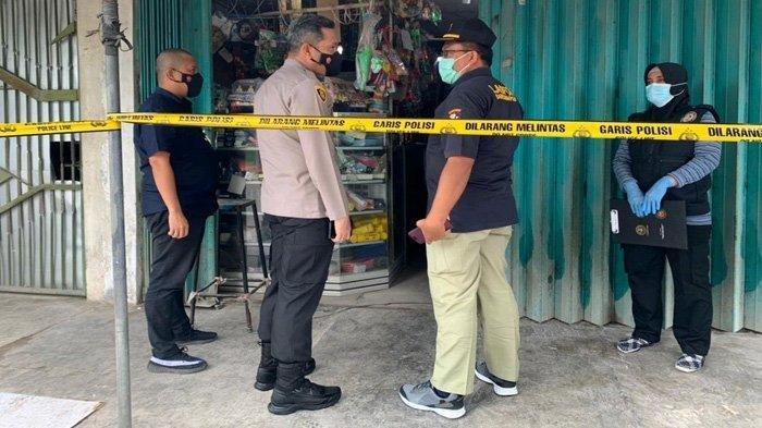 Kapolres Blitar, AKBP Leonard M Sinambela mendampingi tim labfor Polda Jarim memeriksa tempat pembunuhan pemilik toko material di Desa Jatinom, Kecamatan Kanigoro, Minggu (28/2).
