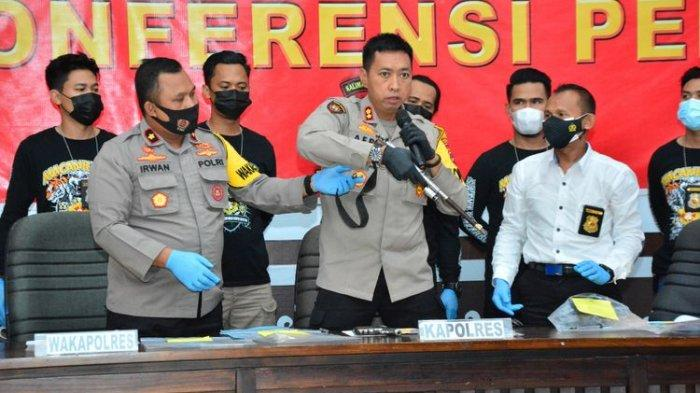 Kapolres HSU, AKBP Afri Darmawan memperlihatkan barang bukti senjata rakitan yang digunakan tersangka menyandera korban.