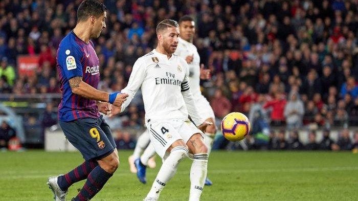 Kapten Real Madrid, Sergio Ramos, berupaya mengontrol bola saat dijaga pemain Barcelona, Luis Suarez, pada laga El Clasico, Oktober 2018.