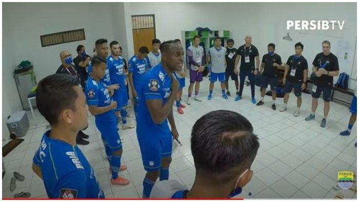 Kapten Tim Persib Bandung Victor Igbonefo memberikan suntikan semangat kepada rekan-rekannya pada laga melawan Persebaya Surabaya di Stadion Maguwoharjo, Sleman, Minggu (11/4/2021).