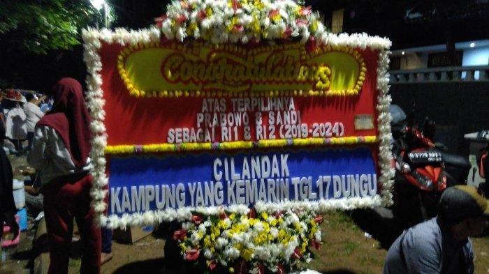 Karangan bunga ucapan selamat dari relawan pendukung untuk Prabowo Subianto di kediamannya di Jalan Kertanegara, Kebayoran Baru, Jakarta Selatan, Kamis malam, (18/4/2019).