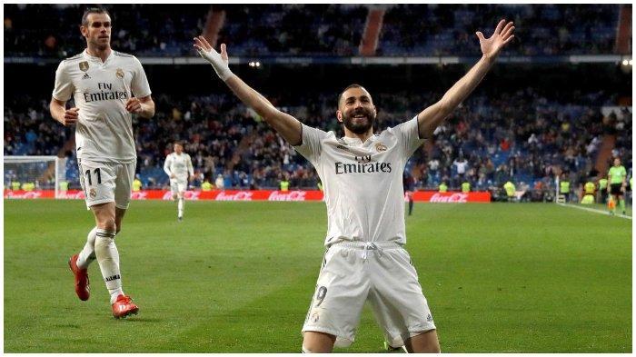 Striker Real Madrid, Karim Benzema, merayakan golnya ke gawang Huesca yang akhirnya membawa kemenangan bagi Real Madrid dalam partai Liga Spanyol di Estadio Santiago Bernabeu, Minggu (31/3/2019)