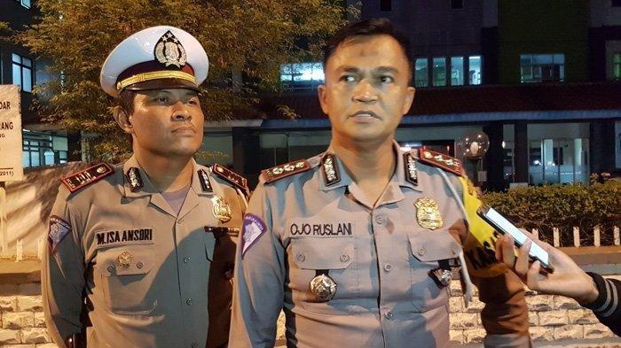 Kasat Lantas Polres Metro Jakarta Selatan AKBP Ojo Ruslan memberikan keterangan pada awak media terkait kecelakan mobil pick up yang membawa 23 santri, Minggu (25/11/2018).