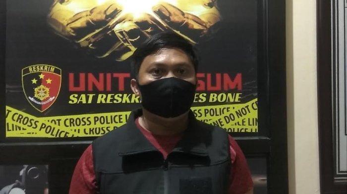 Kasat Reskrim Polres Bone, AKP Ardy Yusuf saat menjelaskan soal  aksi pembunuhan Balanda terjadi di Lingkungan Tippulue, Kelurahan Toro, Kecamatan Tanete Riattang Timur, Kabupaten Bone pada Jumat (4/12/2020).
