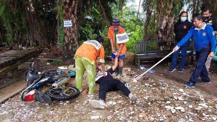 Kegiatan rekonstruksi pembunuhan berencana yang diperagakan oleh pelaku pasangan suami-istri SM dan MS, di halaman Polres Kutai Timur, Kalimantan Timur pada Kamis (10/6/2021). TRIBUNKALTIM.CO/SYIFA'UL MIRFAQO