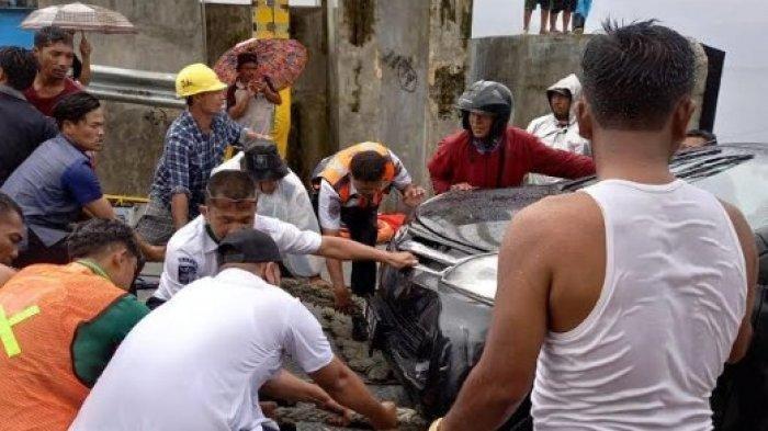 Detik-detik Mobil di KMP Ihan Batak Tercebur ke Danau Toba, 1 Orang Meninggal Dunia