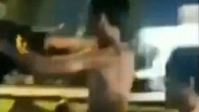 Tangkapan layar video viral dua remaja saat standing di jalan raya yang hanya mengenakan celana dalam di Kota Pekanbaru, Riau, Sabtu (13/3/2021). Keempat remaja mengaku hanya ingin viral.