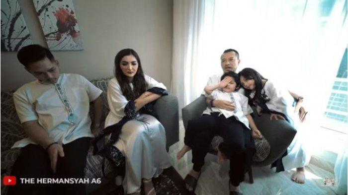 Keluarga Anang Hermansyah saat mengawali acara sungkeman Lebaran di Dubai, Uni Emirat Arab, Kamis (13/5/2021).