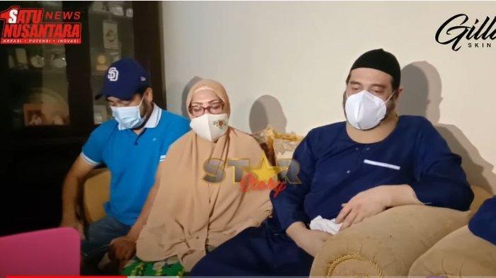 Keluarga dan Ferry Irawan saat memberikan keterangan terkait gugatan cerai yang dilayangkan Anggia Novita.