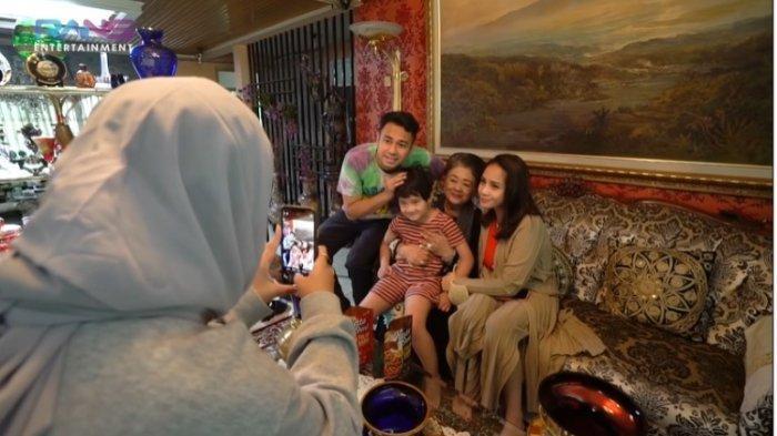 Youtube Rans Entertainment Tangkapan layar keluarga Raffi Ahmad berkunjung ke rumah Mami Popon dan berfoto bersama, Rabu (14/4/2021).