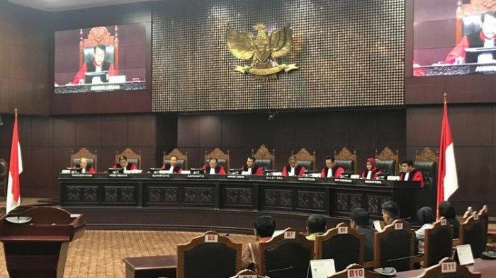 Ketua MK Anwar Usman membacakan amar putusan uji materi UU Pemilu, di Gedung MK, Jakarta, Kamis (28/3/2019).