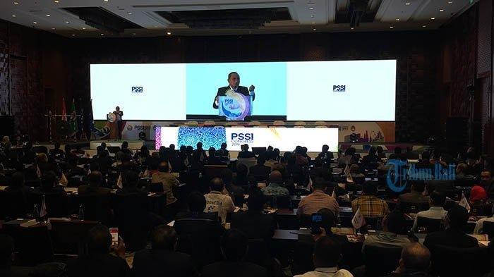 Ketua Umum PSSI Edy Rahmayadi saat berpidato dan mengundurkan diri pada Kongres PSSI di Bali, Minggu (20/1/2019).