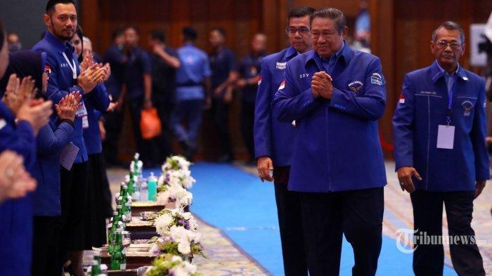 Ketua Umum Susilo Bambang Yudhoyono menyapa kader saat menghadiri pembukaan saat Kongres V Partai Demokrat di Jakarta Convention Center (JCC), Jakarta, Minggu (15/3/2020). Kongres V Partai Demokrat dengan tema 'Harapan Rakyat Perjuangan Demokrat' tersebut memiliki agenda utama pemilihan Ketua Umum Partai Demokrat.