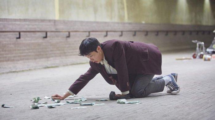 Kim Dong Hee berperan sebagai siswa berprestasi dengan rahasia besar, dalam serial drama Netflix, Extracurricular.