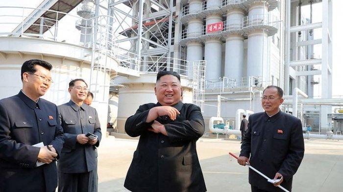 Foto dirilis Kantor Berita Pusat Korea Utara (KCNA), memperlihatkan pemimpin Korea Utara Kim Jong Un (dua kanan) menghadiri upacara peresmian pabrik pupuk di Provinsi Pyongan Selatan, Korea Utara, Jumat (1/5/2020). Ini menjadi kemunculan pertama Kim Jong Un setelah dikabarkan terakhir tampak pada 12 April lalu dan sempat dispekulasikan telah meninggal dunia.