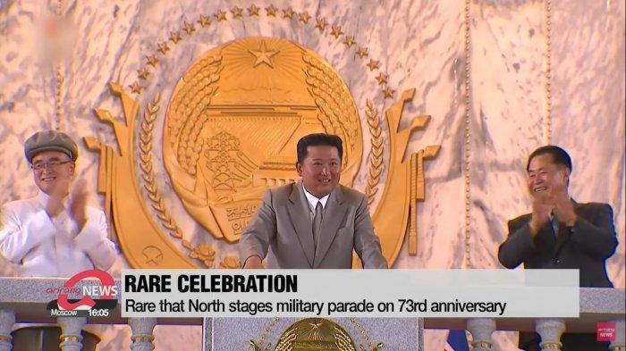 Pemimpin tertinggi Korea Utara, Kim Jong Un terlihat bersemangat dalam parade perayaan hari ulang tahun negara pada Kamis (9/9/2021).