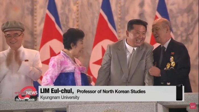 Kim Jong Un terlihat antusias saat mengobrol dengan sejumlah pejabat pada parade militer Korea Utara pada Kamis (9/9/2021).