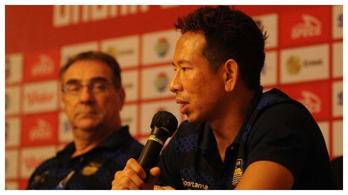 Kiper Persib Bandung I Made Wirawan bersama pelatih Robert Alberts pada konferensi pers secara virtual sebelum laga melawan PSS Sleman di Stadion Manahan Solo, Minggu (18/4/2021).