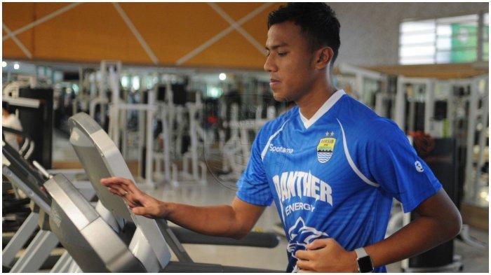 Kiper Persib Bandung, Teja Paku Alam melakukan latihan fisik