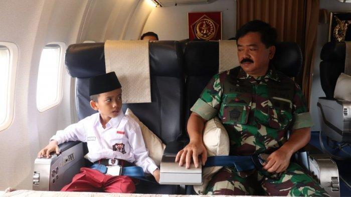 Karim bersama Panglima TNI naik pesawat menuju Malang, Jumat (3/5/2019).