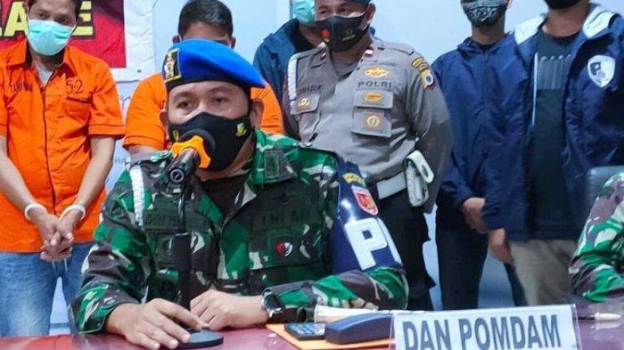 Komandan Detasemen Polisi Militer (Kapomdam) Kodam XVI Pattimura Kolonel Cpm Paul Jhohanes Pelupessy saat memberikan keterangan kepada wartawan di Kantor Polresta Pulau Ambon terkait keterlibatan salah seorang oknum TNI dalam bisnis penualan amunisi ke warga sipil, Selasa (23/2/2021).