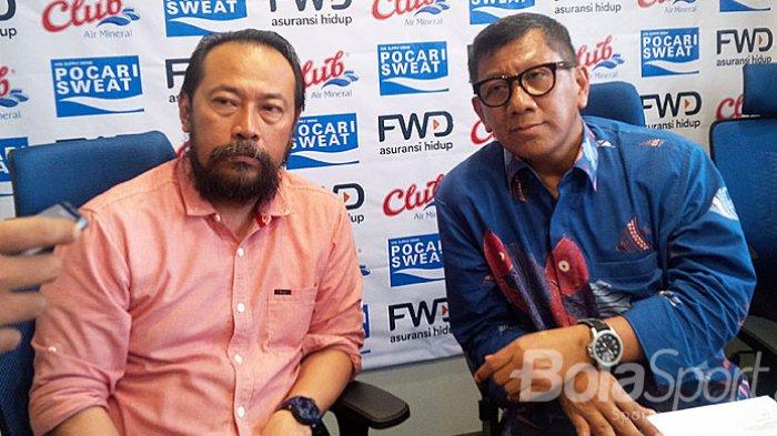 Komisaris PT PBB, Kuswara S Taryono (kanan) ditemani General ?Coordinator Panpel Persib, Budhi Bram Rachman di Graha Persib, Jalan Sulanjana, Kota Bandung, Jumat (23/2/2018).