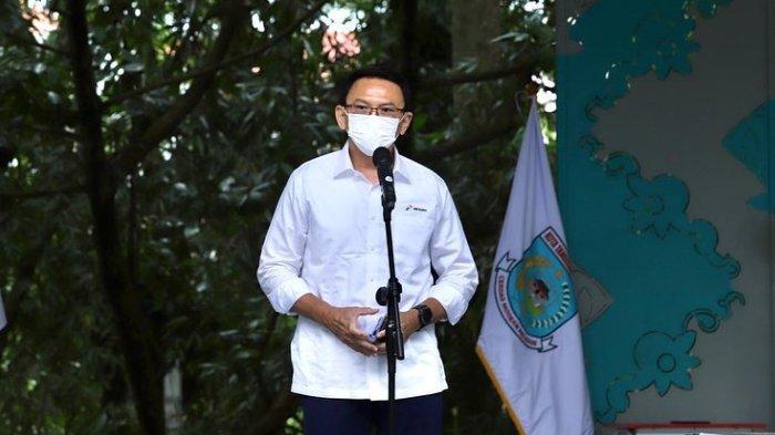Komut Pertamina, Basuki Tjahaja Purnama (BTP) alias Ahok bersama dengan Ibu Walikota Tangerang Selatan, Airin Rachmi Diany menghadiri peresmian Taman Kota 1 di BSD, Tangerang Selatan, 5 April 2021. Terbaru, Refly Harun menyebut Ahok tidak mungkin menjadi Menteri Investasi.